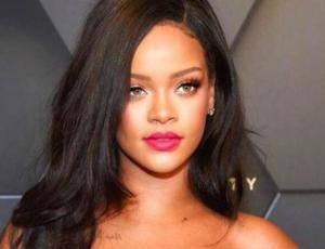 Rihanna modela su colección navideña de lencería