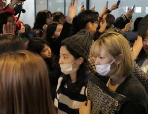 """Llegada de """"Idols"""" del K-Pop genera caos en el aeropuerto de Santiago"""