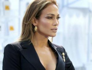 Jennifer Lopez luce infartante figura a los 49 y reclama machismo