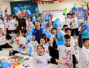 Primer niño embajador de Teletón, Jorge Artus, dio clase de arte en colegio
