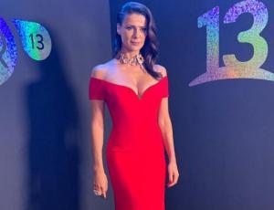 Tonka Tomicic cierra el Festival de Las Condes con un escotado vestido tipo sirena