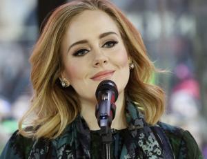 Adele se enoja con persona que intenta grabarla en concierto