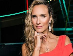 Angélica Castro muestra espectacular figura en Vértigo con vestido asimétrico
