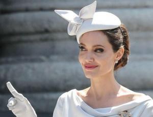 """El look """"royal"""" de Angelina Jolie que encantó al mundo"""