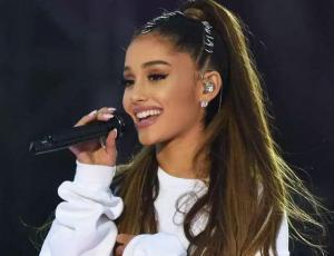 Aseguran que Ariana Grande lleva anillo de compromiso