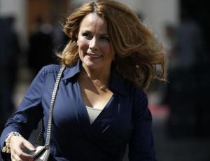"""Cathy Barriga luce su versión del """"blazer vestido"""" de moda"""