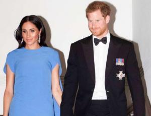 Meghan Markle luce su embarazo en visita a Fiji con el príncipe Harry