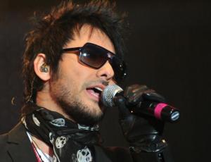 Beto Cuevas sufre compleja caída en concierto en México