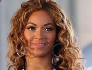 Beyoncé resalta sus curvas en cómodo look urbano