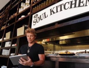 Bon Jovi abre restoranes para personas de escasos recursos