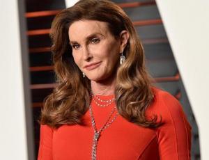Caitlyn Jenner reaparece en el after party de los Oscar 2018 con personalizada cartera