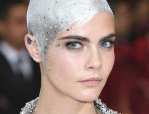 El look parisino chic de Cara Delevingne en Cannes