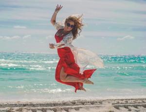 """Cathy Barriga se lució con traje de baño al estilo """"Baywatch"""""""