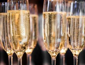 Bloguera revela los beneficios de lavarse el cabello con champaña