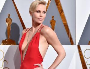 Ola de críticas a Charlize Theron por permitir que su hijo se disfrace de Elsa