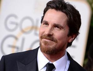 Christian Bale aparece totalmente irreconocible