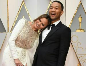 ¡Pillaron a Chrissy Teigen durmiendo en plenos Oscar!