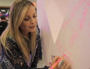 Famosas se unen a la campaña solidaria contra el cáncer de mama