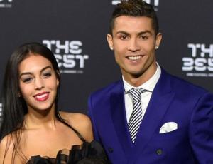 Novia de Cristiano Ronaldo se luce con tremenda roca en Moscú