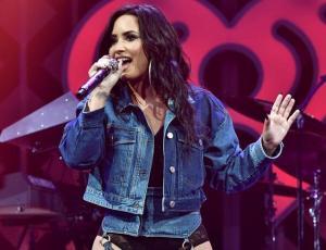 """Los confusos """"jeans con liga"""" que Demi Lovato usó en una alfombra roja"""