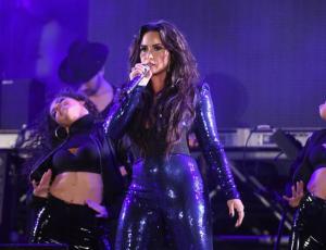 Demi Lovato sorprendió con apasionado beso a su bailarina en concierto de Año Nuevo