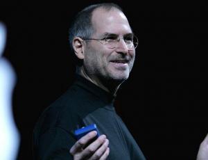 Hija de Steve Jobs revela que su padre la obligaba a verlo teniendo relaciones con su pareja
