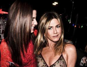 Jennifer Aniston besa en la boca a Sandra Bullock en plena entrevista
