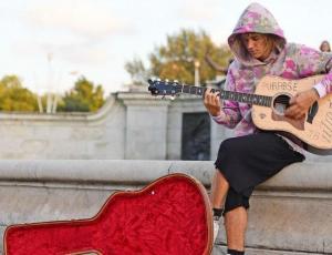 Justin Bieber sorprendió a Hailey Baldwin con serenata en plena calle