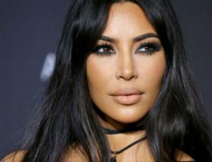 Kim Kardashian presume sus curvas en un traslucido vestido