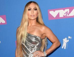 Jennifer Lopez protagoniza estrepitosa caída en pleno show