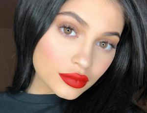 Kylie Jenner se luce al estilo de Marilyn Monroe para su calendario 2019
