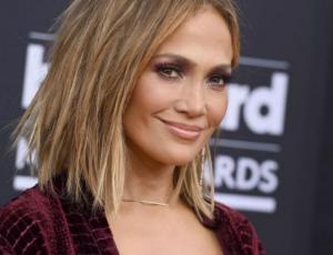 Jennifer Lopez protagoniza elegante desnudo para revista