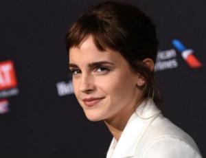 Captan a Emma Watson y su nuevo novio besándose públicamente