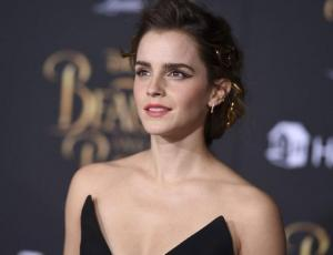 Emma Watson luce una forma distinta y recatada de llevar la transparencia