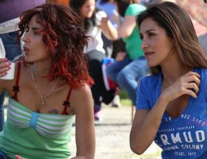 Loreto Aravena y Paz Bascuñán posan con el mismo look