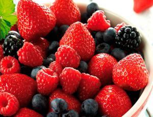 Conoce los múltiples beneficios y propiedades que te entregan los frutos rojos