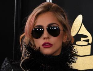 Lady Gaga vuelve con su estilo extravagante para los Grammy 2017