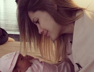 Gala Caldirola explicó por qué no le puso aros a su hija
