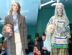 Modelos de Gucci llevaron sus propias cabezas a la pasarela