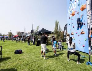 Festival de escalada y música en el parque