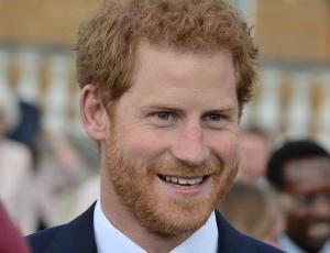 Príncipe Harry habría dejado de fumar por amor