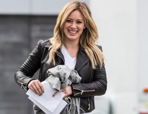 ¿Víctima de la moda? Hilary Duff enfrenta la lluvia torrencial con las Gucci peludas