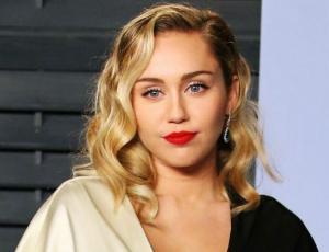Miley Cyrus se aburre que solo hablen de su trasero y se descarga en Twitter