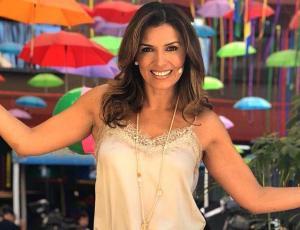 Ivette Vergara luce cintura de avispa animando festival