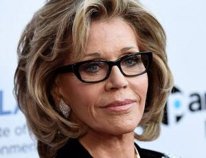 Jane Fonda luce fashionista y reluciente a sus 80 años en Cannes
