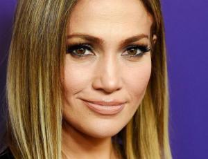 Jennifer Lopez aparece en redes sociales con misterioso anillo