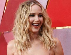 Jennifer Lawrence luce fabulosa mostrando su abdomen