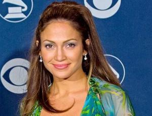 Versace revive icónico vestido verde de JLO en los Grammy 2000