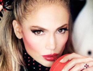 Jennifer Lopez enamora las redes sociales con sensuales fotos para revista