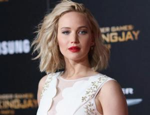 Jennifer Lawrence sale a comprar con pantuflas y muestra nueva tendencia